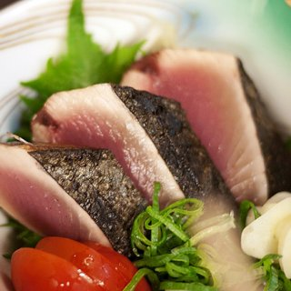 旬の初がつおを味わう!高知・明神水産の一本釣り「藁焼き鰹たたき」
