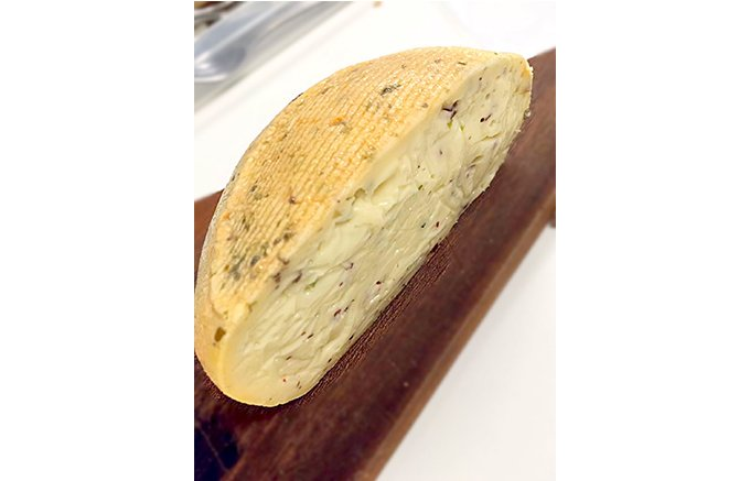 フランス・ゲランドの塩を使用したウオッシュチーズ「キュレ ナンテ」