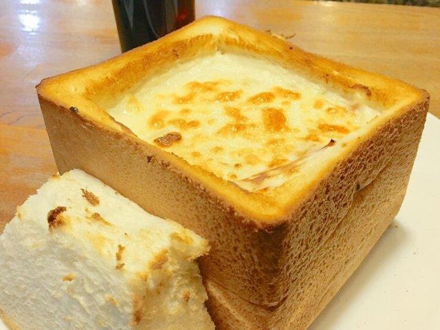 1斤のトーストの中にグラタン!グラパンは食べるべき名物!