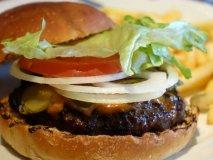 銘店パン屋のバンズを使用!肉感あるパティが旨いハンバーガー
