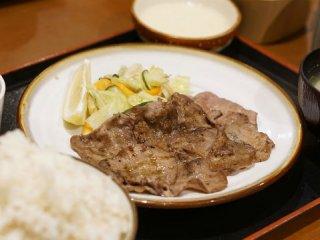 牛タンでご飯を巻いたら最高でしょ!ご飯お代わり自由の牛タンとろろ定食