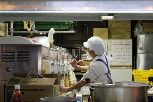 25cm超!マルカンデパートの箸で食す長過ぎソフトクリーム