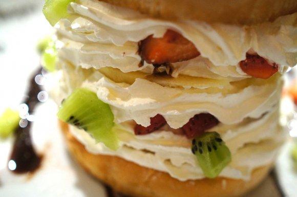 スイーツ好きも必見!フルーツ&ホイップの新感覚ハンバーガー