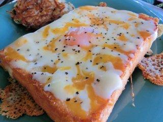 卵とチーズがとろとろなトッドインザホールの写真