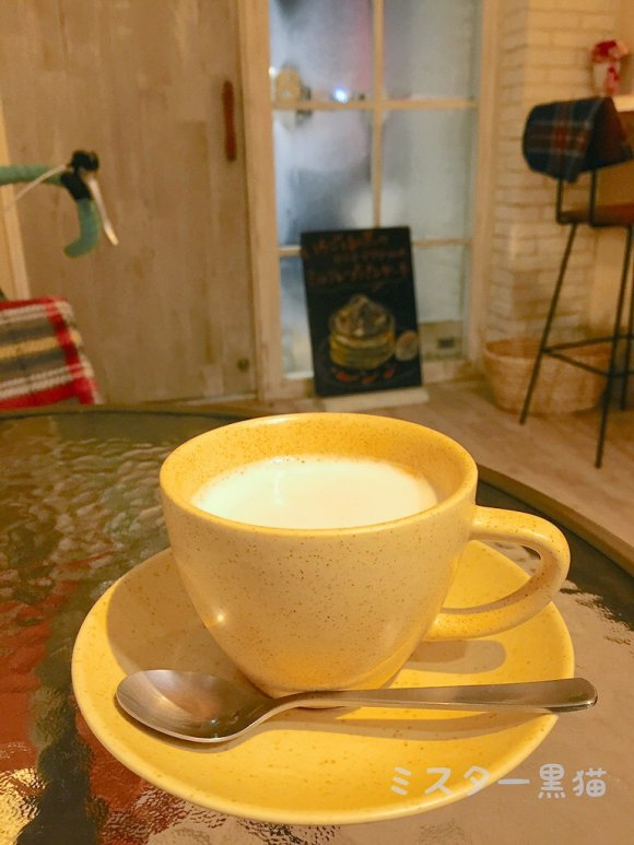 テーブルの上に置かれた黄色いマグカップ
