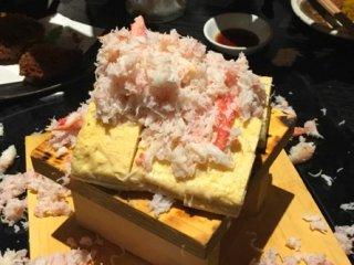 ストップを掛けるまで蟹をぶっかけ!名物メニューは注文必須の北海道酒場の記事で紹介されました