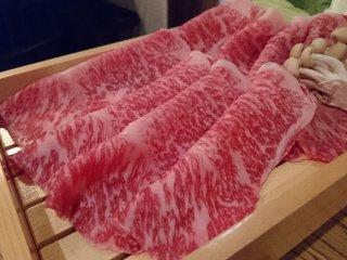 玉子ではなく鯖節の出汁で!霜降りが美しい国産和牛のサーロインすき焼きの記事で紹介されました