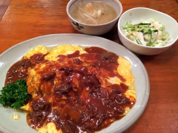 テーブルに並べられたオムライス定食