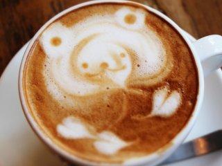 可愛らしいクマの描かれたカフェラテの写真