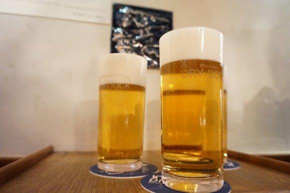 机に置かれたビール