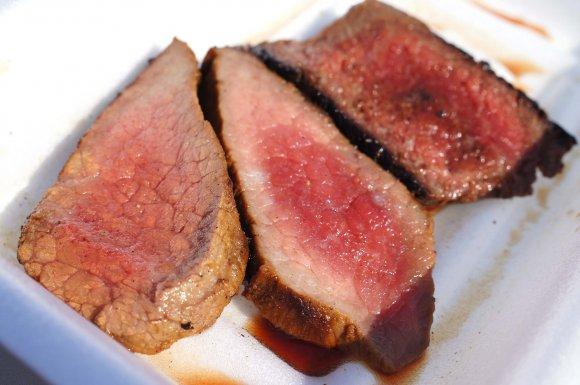 白いお皿に盛られたお肉