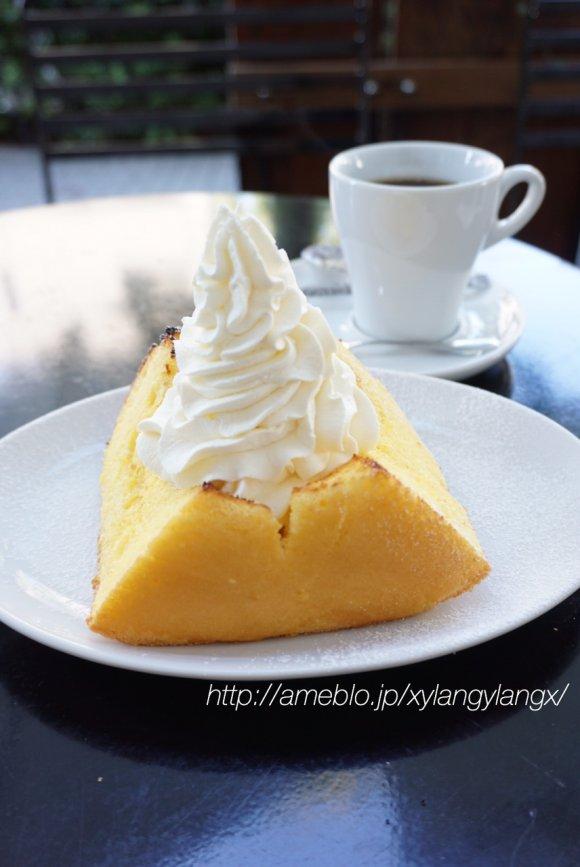 白い皿に置かれたシフォンケーキ