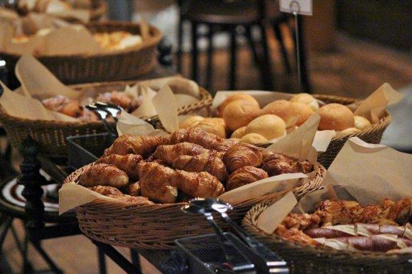 焼き立てパンが食べ放題!恵比寿の妖艶空間でランチ忘年会を!
