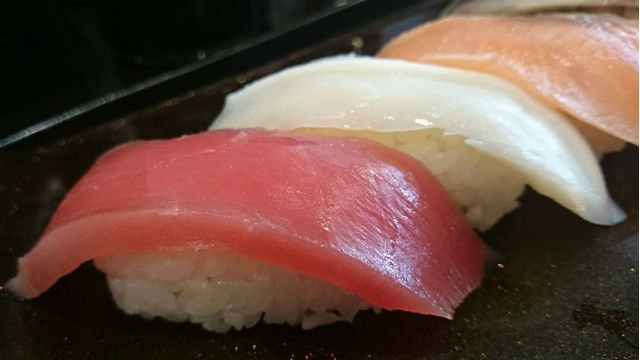 寿司10貫と味噌汁付きで500円!ネタも新鮮で大満足の平日限定ランチ