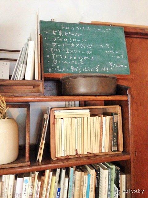 本棚に古書が置かれている