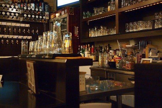 沢山のお酒が羅列されたバーカウンター
