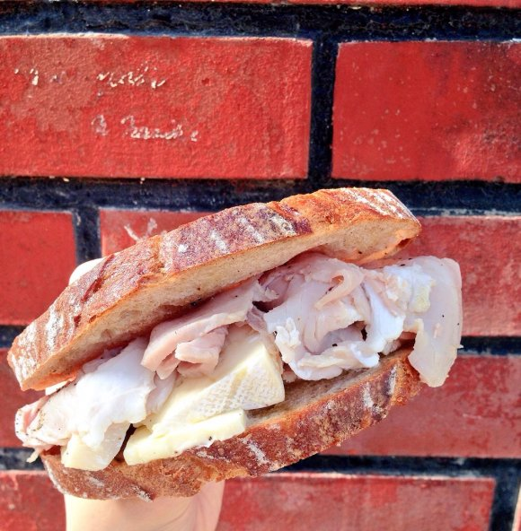 チーズとハムがたっぷりなカンパーニュの写真