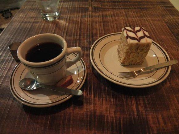 ホワイトバードコーヒースタンドのコーヒとケーキ