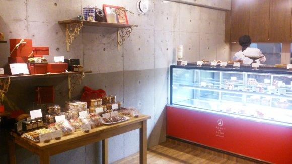 ケーキや洋菓子がショウウィンドーに並べられている店内