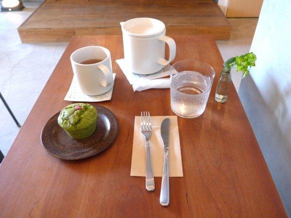 テーブルの上に置かれた食器とスイーツ