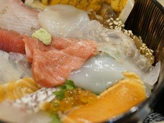 スーパー海鮮丼は文句なしにウマい!魚介メニューが自慢のお店の記事で紹介されました