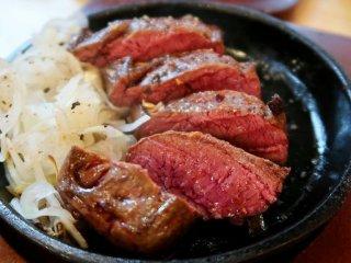 名物ビフテキが290円!100円台の小皿メニューが充実の新宿の肉バルの記事で紹介されました