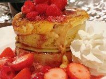 厚焼き生地にイチゴたっぷり!ふわもち食感のクレームブリュレパンケーキ