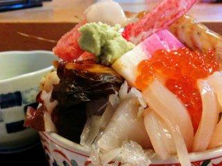 海鮮丼は値段以上のボリューム!コリッコリの活あわびも味わえる寿司屋の記事で紹介されました