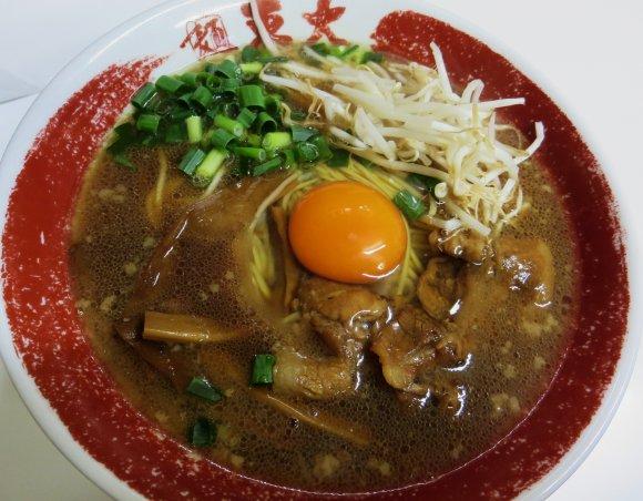 生卵入り、茶色いスープの徳島ラーメン