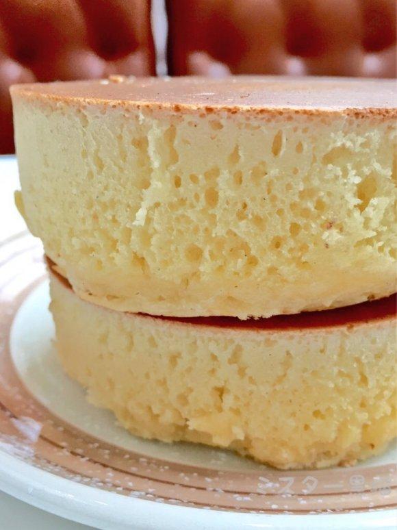 分厚いホットケーキが二枚皿の上に置かれている