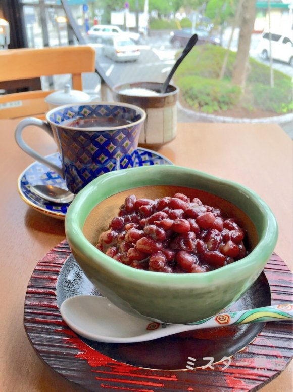 有田焼のカップに入った小豆とコーヒー