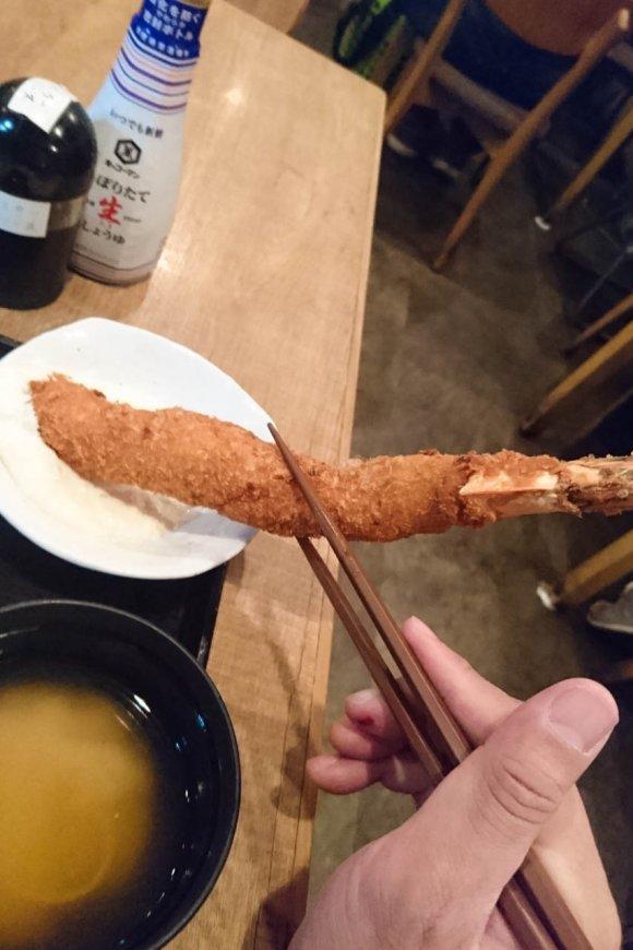 皿からはみ出すメガサイズ!「普通の食堂」の「普通じゃない海老フライ」