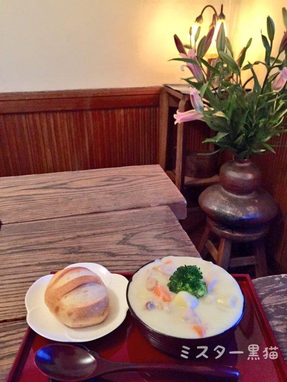 机の上に置かれたパンとクリームシチュー