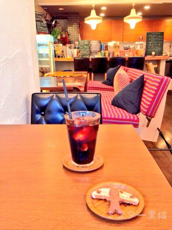 広々とした店内の机に置かれたコーヒー