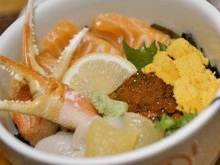 好みの魚介をトッピング!種類も豊富で行列必至の海鮮丼専門店