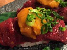 ブームのウニ乗せ、特上炙りも!馬肉の寿司に酔いしれる馬肉好き必見の店