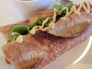 SONKAのフランスパンを使用した、マヨネーズを添えたホットドッグの写真