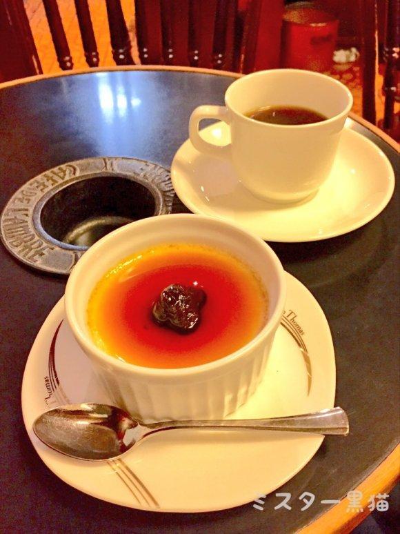 テーブルにのった、ブリュレとコーヒー
