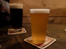 飲めば飲むほどクセになる!燻製樽生ビールと燻製料理が味わえるビアバー