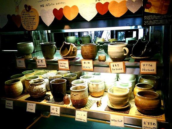 棚に羅列された様々な種類のカップ
