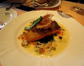 コースのメイン魚料理