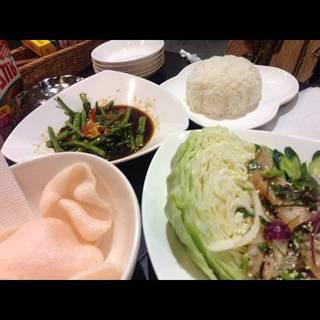 粗挽き鶏ひき肉と炒り餅米のスパイシーハーブサラダ(ラープガイ)
