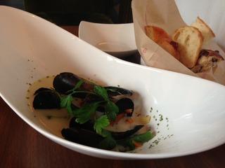 ムール貝と野菜のスープクリーム仕立て&パン