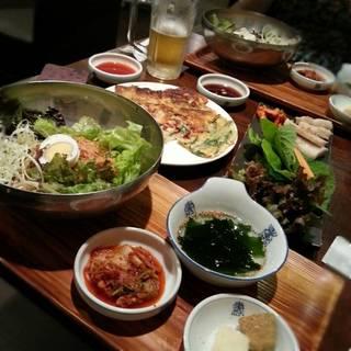 ピビン麺セット、スルメキムチ、海鮮チヂミ、蒸し豚、生ビール&生まっこり飲み放題