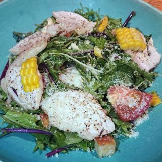 軽く燻した水赤鶏と上野原ハーブガーデンのサラダ